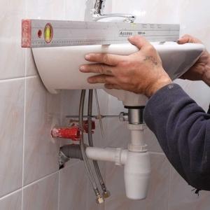 Установка/замена кухонной мойки и раковины в ванной.