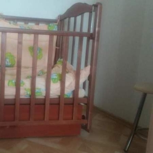 Детская кроватка с маятниковым механизмом.